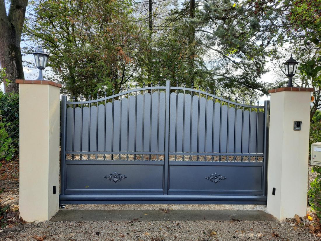 Faire Son Portail En Fer portail aluminium semi-ajouré coulissant | un portail résistant